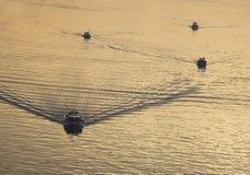 Boote auf einem ruhigen See Stockfoto