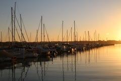 Boote auf einer ruhigen Bucht stockbilder