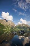 Boote auf Fjord in Eikesdal Lizenzfreie Stockfotos