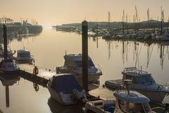 Boote auf Fluss Arun bei Littlehampton, Sussex, England Stockbilder