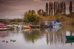 Boote auf Fluss bei Sonnenaufgang Lizenzfreie Stockfotografie