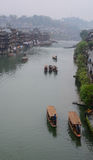 Boote auf Fluss in Fenghuang-Stadt, China Stockfoto