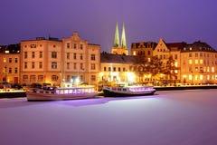Boote auf gefrorenem Trave-Fluss nachts Lichter auf Lübeck-Stadt emb lizenzfreie stockfotos