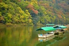Boote auf Katsura-Fluss am Fall in Arashiyama, Kyoto Lizenzfreie Stockfotos