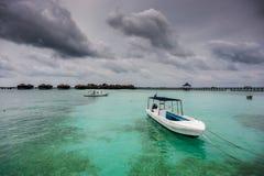 Boote auf klarem Wasser Stockfotografie