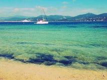 Boote auf Meer in Saint-Tropez lizenzfreie stockbilder
