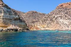Boote auf Meer von Lampedusa lizenzfreie stockfotos