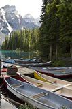 Boote auf Moraine See lizenzfreies stockbild