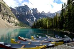 Boote auf Moraine See, Kanada Stockfotografie