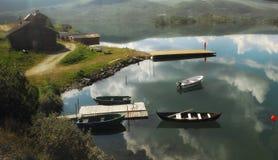 Boote auf norwegischem See Stockfotografie