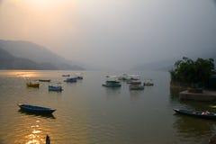 Boote auf Phewa See A stockfotos