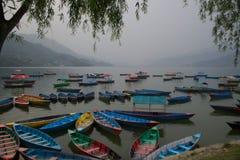 Boote auf Phewa See C lizenzfreie stockfotos