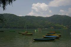 Boote auf Phewa See E lizenzfreies stockbild
