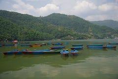 Boote auf Phewa See F lizenzfreies stockbild