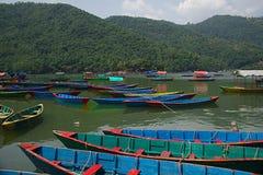 Boote auf Phewa See G lizenzfreies stockfoto