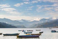 Boote auf Phewa See in Pokhara, Nepal Stockbilder