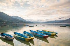 Boote auf Phewa See in Pokhara, Nepal Stockbild