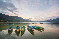Boote auf Phewa See in Pokhara, Nepal Stockfotografie