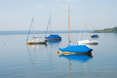 Boote auf ruhigem See Lizenzfreies Stockfoto