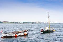 Boote auf ruhigem Wasser Stockfotos