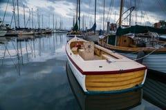 Boote auf ruhigem Wasser des Jachthafens Lizenzfreie Stockfotografie