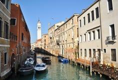Boote auf schmalem Kanal, Venedig Lizenzfreie Stockfotos