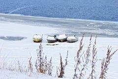 Boote auf schneebedecktem Ufer Lizenzfreie Stockbilder