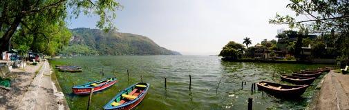 Boote auf See Amatitlan lizenzfreies stockbild