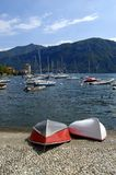 Boote auf See Como nahe Bellagio lizenzfreies stockbild