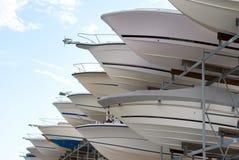 Boote auf Speicherzahnstange in einem Jachthafen Stockfotos
