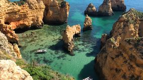 Boote auf TürkisMeerwasser bei Ponta DA Piedade, Algarve-Region, Portugal stock video footage