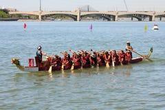 Boote auf Tempe Town Lake während des theDragon Boots-Festivals Lizenzfreie Stockbilder