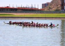 Boote auf Tempe Town Lake während Dragon Boat Festivals Stockbild