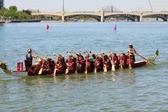 Boote auf Tempe Town Lake während Dragon Boat Festivals Lizenzfreie Stockfotografie