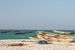 Boote auf tropischem Strand Lizenzfreie Stockfotos