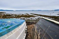 Boote auf Ufer Stockfotos