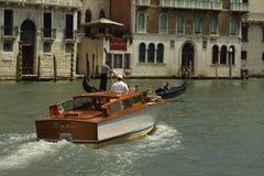 Boote auf Venedig-Kanal Stockfotografie