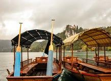 Boote auf verlaufenem See und Schloss am Hintergrund. Stockbilder