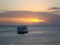 Boote auf Wasser bei Sonnenuntergang Lizenzfreies Stockbild