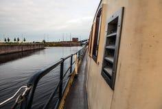 Boote auf Wasser im wolkigen Wetter Lizenzfreie Stockbilder