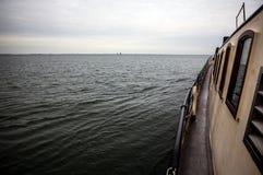 Boote auf Wasser im wolkigen Wetter Stockfotografie
