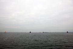 Boote auf Wasser im wolkigen Wetter Lizenzfreie Stockfotografie