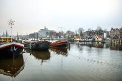 Boote auf Wasser im wolkigen Wetter Lizenzfreies Stockfoto