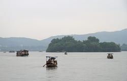 Boote auf Westsee in Hangzhou Lizenzfreies Stockbild