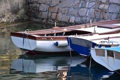 Boote bei der Aufwartung stockfoto