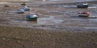 Boote bei Ebbe angeschwemmt Lizenzfreie Stockfotos