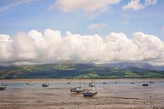 Boote bei Ebbe in Anglesey Wales Lizenzfreie Stockbilder