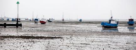 Boote bei Ebbe auf den Strand gesetzt bei Southend Lizenzfreie Stockbilder
