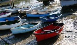 Boote bei Ebbe auf der englischen Küste, stehend nach vielen Stunden in Meer still Stockfotografie