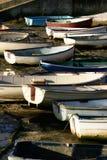 Boote bei Ebbe auf der englischen Küste, stehend nach vielen Stunden in Meer still Lizenzfreie Stockfotos